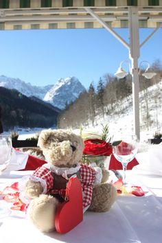 Winterhochzeit am Riessersee, Garmisch-Partenkirchen - Mittagessen auf der See-Terrasse im Wintersonnenschein mit Bergblick - Winter wedding in Garmisch-Partenkirchen, Bavaria