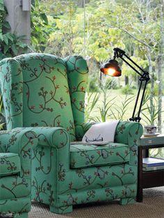 """Além de se esmerar na decoração, é preciso permitir que a casa nos propicie bons momentos. Você já pensou em criar um canto de leitura? Ele é a expressão máxima do aconchego: uma poltrona confortável que abraça quem senta, uma mesa de apoio e a companhia dos livros. """"A luz natural é convidativa para ler, mas também não pode faltar uma luminária adequada"""", diz René Fernandes Filho. Poltrona da Paschoal Ambrósio revestida de tecido da JRJ."""