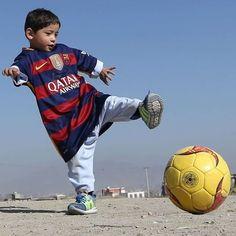 Avec ses nouveaux maillots sur le dos Murtaza ne cache pas sa fierté. Le petit Afghan qui avait ému les internautes en utilisant un sac plastique en guise de maillot pour jouer à son sport préféré le football voit désormais son quotidien être égayé. Après avoir été reçu au siège de la fédération afghane de football lenfant de 5 ans a reçu des cadeaux de la part de son idole #LionelMessi: un maillot de léquipe d#Argentine (quil voulait imiter avec son sac plastique) un maillot du #Barça…