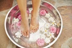 Nei paesi caldi spesso le donne hanno i piedi secchi e i talloni ruvidi. Per renderli morbidi come quelli di un bebè copia il loro segreto: mescola bene in un piccolo catino un cucchiaio da minestra di glicerina, un bicchiere di acqua di rose e il succo di mezzo limone, poi lascia i piedi a mollo in questa emulsione per mezz'ora.  -cosmopolitan.it