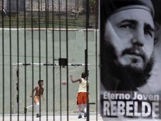 La Habana, Cuba. Niños juegan al fútbol detrás de una imagen de Fidel. 29 de mayo de 2015. Autor: Enrique de la Osa. Fuente. Derechos: Enrique de la Osa/Reuters.