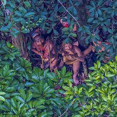"""Un fotógrafo captó imágenes de una tribu indígena del Amazonas, de la que no se conocía su existencia, cuando el helicóptero en el que se transportaba tuvo que desviarse de su ruta por mal tiempo.  En las fotos se ve a un grupo aproximado de cuatro aborígenes que observan maravillados hacia el helicóptero y tienen en sus manos lo que parece ser unas cerbatanas. """"Saqué mi cámara y comencé a fotografiar"""", dijo el fotógrafo brasileño Ricardo Stuckert al diario británico The Guardian. """"No tuve…"""