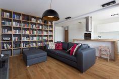 Biblioteczka w salonie   #regał na #książki, #biblioteczka, #books, #bookstand, #shelf, #bookcase, #projektowanie #wnętrza,  #meble, #JacekTryc, #architekt, #aranżacja #wnętrz, #warszawa, #nowoczesne #modern, #interiordesigner, #design, #furniture, #interiors,