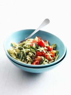 pasta met pesto en gemarineerde tomaatjes