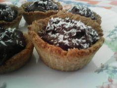 Ταρτάκια από βρώμη - καρύδα με Healthy Desserts, Truffles, Acai Bowl, Sugar Free, Recipies, Muffin, Food And Drink, Sweets, Diet