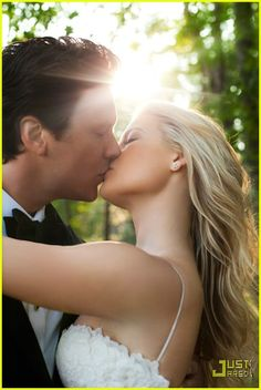 Ali Larter &; Hayes MacArthur (August 1, 2009) Gown: Vera Wang | Location: Kennebunkport, Maine | Status: Married, One Child