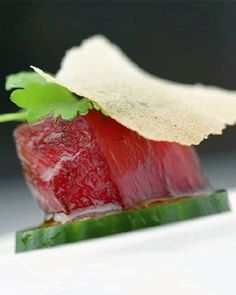 Gemarineerde tonijn met komkommer en koriander