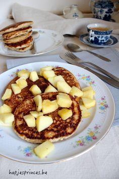 Dit is het recept voor de allerlekkerste havermoutpannenkoeken als ontbijt. Ik hou van pannenkoekjes als ontbijt. Ze zijn lekker dik, vol van smaak en met wat gekarameliseerde appeltjes over super lekker om te eten bij het ontbijt op zondagmorgen.