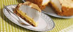 Tarta de limón con merengue. Facil con base de bizcochos y crema con leche condensada. Para esa cantidad de huevos (6) se pueden usar 2 latas de leche condensada.