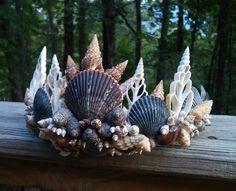 Corona sirena corona de conchas tiara de la sirena casco Dark Mermaid, Mermaid Shell, Mermaid Crown, Mermaid Headpiece, Sea Costume, Seashell Crown, Mermaid Stories, Arts And Crafts For Teens, Mermaid Crafts