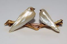 Wonderful Napoleonic French Mother of Pearl Diamond Lovebirds GOLD Brooch. Apparently Victorian but looks Art Nouveau. Bird Jewelry, Animal Jewelry, Pearl Jewelry, Jewelry Design, Victorian Jewelry, Antique Jewelry, Vintage Jewelry, Gold Brooches, Vintage Brooches