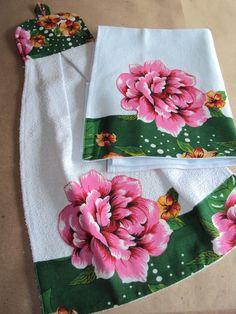 Pano de prato e bate mão atoalhado em tecido 100% algodão. Barrado e patch aplique em chita. Bordado com ponto caseado. Bate-mão: 0,32 m x 0.54 m * Antes de fazer o seu pedido, esteja atento(a) as seguintes informações: - não lavar a maquina - não usar alvejante Sewing Hacks, Sewing Tutorials, Sewing Crafts, Sewing Patterns, Dish Towels, Tea Towels, Applique Designs, Embroidery Designs, Towel Dress