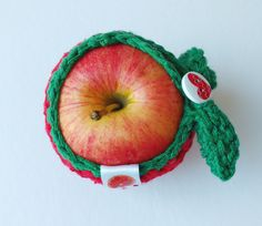Protège pomme / fruit en coton fait au crochet - Pomme de Blanche Neige by Lotuspamplemousse on Etsy