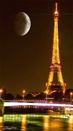 Great evening watching the sun going down in Paris and the Eiffel Tower lighting up the night and city! The city of light at its splendor! Not to mention the 5 star presence of the full moon making company! Paris Torre Eiffel, Paris Eiffel Tower, Paris France, Paris Wallpaper, Photo Vintage, I Love Paris, Beautiful Moon, Live Wallpapers, City Lights