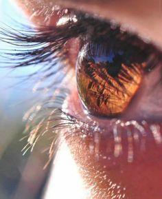 Nunca gostei de olhos claros. Não que furaria os meus se eles fossem verdes ou que evitaria o nosso segundo encontro se os seus, meu amor, fossem azuis. Mas, sempre preferi a sinceridade seca de um par de olhos castanhos. Aquela escuridão impenetrável, de certa forma, sempre me fascinou. Aquela sensação de me perder num breu, de ter que tatear pra encontrar alguma saída. Aquela paz que a gente só sente, aquele ruído que a gente só percebe quando é noite alta, as luzes estão apagadas e o céu…
