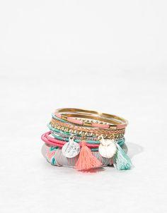 Conjunto pulseiras rígidas cores. Descubra esta e muitas outras roupas na Bershka com novos artigos cada semana
