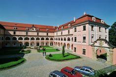 Česko, Valašské Meziříčí - Zámek Czech Republic, Castles, No Worries, Mansions, House Styles, Image, Chateaus, Castle, Fancy Houses