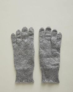 cashmere knit gloves made in Italy. Fine knit Ribbed cuffs Touchscreen cabability cashmere Made in Italy Sock Crafts, Retail Concepts, Personal Shopping, Knitted Gloves, Winter Looks, Women Accessories, Cashmere, Unisex, Wool