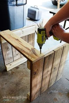 This DIY Planter Box with Wheels is perfect for any patio or garden area. It works perfectly for vegetables or flowers. And rolls where ever you want it. Tutorial is loaded with photos and step-by-step instructions to make this in one morning. Wooden Planter Boxes Diy, Pallet Planter Box, Wood Planters, Wooden Diy, Pallet Garden Box, Vegetable Planter Boxes, Diy Planters Outdoor, Box Garden, Planter Table