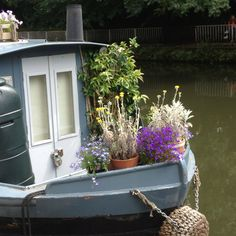 Boat on the Canal. Wouldnt it be great if you could take your garden camping with you? Barge Boat, Canal Barge, Narrowboat Holidays, Canal Boat Interior, Barge Interior, Narrowboat Interiors, Dutch Barge, Houseboat Living, Living On A Boat