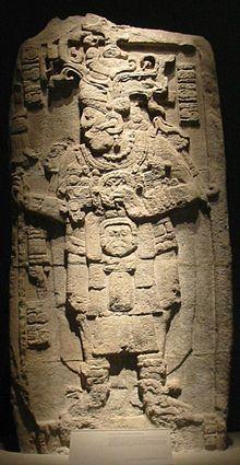 A estela 51, datada de 731, representa Yuknoom Took' K'awiil.