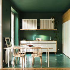 Propósitos para el nuevo año… ¡Atreverse más! No hace falta que le seas infiel a tu amado #NordicStyle, combínalo con colores arriesgados y haz de tu hogar un sitio cálido y desenfadado. ¿Un buen ejemplo? Esté apartamento Parisino que une un ya clásico nórdico como son las sillas #J77 de HAY con una pintura en tono verde helecho vibrante! 💚 · · · #DomésticoShop #design #interiordesign #love #pursuepretty #interiorarchitecture #happy #theartofslowliving #vogueliving #seekthesimplicity…