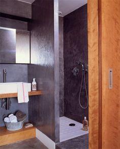 Aspect béton ciré pour cette petite salle de bains