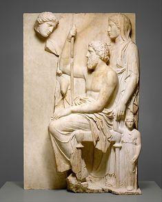 Estela de mármol de una tumba. Año 360 BCGreek, Mármol Attic, Pentelic. Both el hombre sentado y la mujer con velo detrás de él mirando hacia el frente, como si la mujer joven que mira hacia ellos eran invisible. Llloran a su hija muerta?. Tallado por un maestro, esta estela es uno de los más magníficos ejemplos de la época clásica.