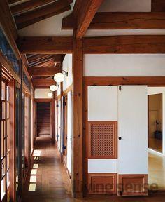 한옥에서 보이드를 찾을 수 있는 공간은 현대의 거실에 해당하는 대청이다. 복도를 통해 안채와 별채가 이어지는 공간 구성은 백인제 가옥에서만 볼 수 있는 특별한 구조.
