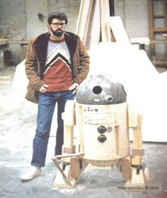 A cool collection of rare Star Wars pictures taken behind the scenes of one of the biggest (and best) movies of all time. Featuring Harrison Ford, Carrie Fisher, George Lucas and the rest of the gang, the rare photos are. Star Wars Pictures, Star Wars Images, Starwars, Star Wars History, Star Wars Facts, George Lucas, The Empire Strikes Back, Scene Photo, Rare Photos