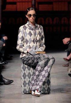 Moncler: Sulla passerella anche il womanswear, una novità assoluta per questa sfilata milanese della linea maschile disegnata da Thom Browne.http://www.sfilate.it/216633/moncler-gamme-blu-trasforma-via-tortona-una-club-house
