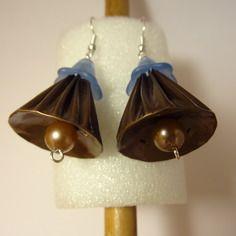 Boucles d'oreilles en capsules de café nespresso marron clair et fleur bleue.