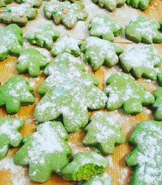 Новогоднее постное печенье на рассоле. 12 ст.ложек растительного масла 12 ст.ложек рассола 8 ст.ложек сахара Сода+уксус,мука,чтобы тесто было не очень крутое Пищевой краситель (смешать с одной ложкой из 12-ти рассола)