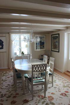 Hvitmalt spisestue med teppe med blomstermotiv og klassisk krystallkrone. Decor, Furniture, Dining, Dining Table, Table, Home Decor, Rustic Dining Table