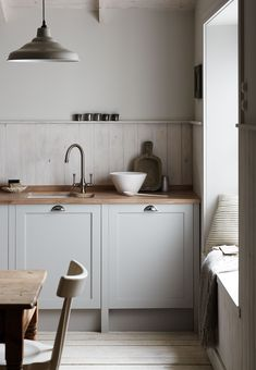 Get the Shaker look with the Allendale Dove Grey Kitchen from The Shaker Collection by Howdens Joinery.