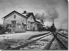Joensuun rautatieasema kuvattuna ilmeisesti 1920-luvulla (vuonna 1911 tehdyn eteläpäädyn laajennuksen jälkeen). Asema rakennettiin alunperin vuosina 1890-94 (ilmeisesti Knut Nylanderin Oulun asemarakennusta suoraan mukaeltuna) . Asemaa laajennettiin vielä 1950-luvulla pikatavarasuojalla. Joensuun asemapihan veturitalli tuhoutui melkein kokonaan tulipalossa v.1937. Tämän kuvan omistaja O.Koskinen.