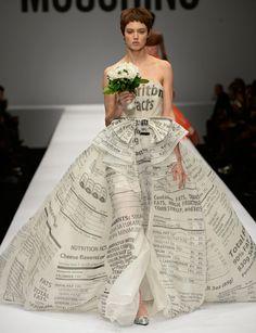 contemporary interpretation of the paper dress Looks from Jeremy Scott's Moschino Fall/Winter 2014 Milan Fashion Week show. Runway Fashion, Fashion Art, High Fashion, Fashion Show, Fashion Design, Milan Fashion, Jeremy Scott, Scott Kelly, Recycled Dress