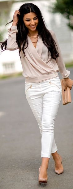 Street style | Fold blush blouse and white pants.