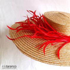 Celebramos el viernes con esta Pamela en paja cosida de color natural adornada con ramillete de plumas biots en rojo intenso by Tocados nila taranco #pamelasparabodas #invitadadedia #nilatarancodesign #pamela #millinery #alquilerdetocados #weddingtrends