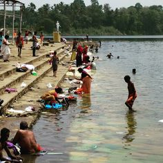 #lavando la #ropa y #bañito en la #orilla del #rio #periyar en #aluva #kerala #india #wash