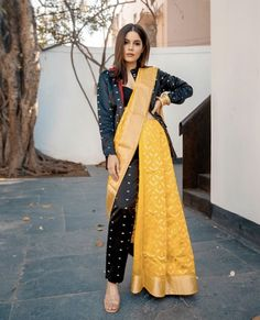 Dress Indian Style, Indian Fashion Dresses, Indian Designer Outfits, Saree Wearing Styles, Saree Styles, Sari Draping Styles, Stylish Sarees, Stylish Dresses, Saree With Pants