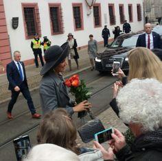 """""""Blumen für Königin #Maxima an der Erfurter Staatskanzlei #WiMaTh"""""""