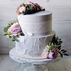 Свадебный торт в стиле бохо. Внутри сочный шоколадный бисквит, прослоенный мармеладом из горького апельсина и сливочной апельсиновой карамелью. Украшен живыми цветами, ягодами, сахарным кружевом, шоколадными перьями. Автор Instagram.com/juso.cakes
