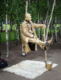 Living Statue Levitation ~ Kuriositas Living statue in 2019 Living statue, Statue, Funny Illusion Drawings, Illusion Art, Living Statue, Everyday Hacks, Picture Day, Creative Thinking, Street Artists, New Tricks, Public Art