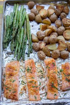 This Potato Salmon Asparagus One Pan Dinner is #delicious and easy to prepare! Bonus: it requires virtually zero cleanup.