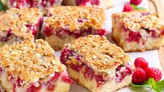 Reteta asta e cel mai usor mod de a obtine o prajitura cu zmeura in mai putin de o ora! INGREDIENTE – 200 g faina – 150 g zahar – lingurita praf de copt – 1 ou – 110 g unt – 400 g zmeura – 2 linguri amidon – un praf sare MOD … Cranberry Cheesecake, Cheesecake Recipes, Oats Recipes, Dessert Recipes, Healthy Recipes, Hummingbird Bakery, Banana Oat Muffins, Banana Bread, Berry Tart