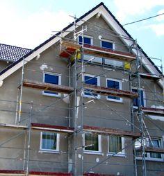 Fassade Streichen U2013 Ein Haus Ohne Fassadenfarbe Kurz Vor Dem Hausanstrich. # Fassade #streichen