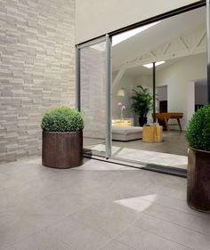 Volete ottenere una perfetta continuità tra pavimenti esterni e pavimenti interni? Per questa realizzazione abbiamo scelto la linea Stonetrack in colore silver nella versione antiscivolo per l'esterno (formato 30x60) e in quella soft touch per gli interni (unico formato 30x60).  #gres #EffettoPietra #Outdoor #StoneEffect #CeramicsOfItlay