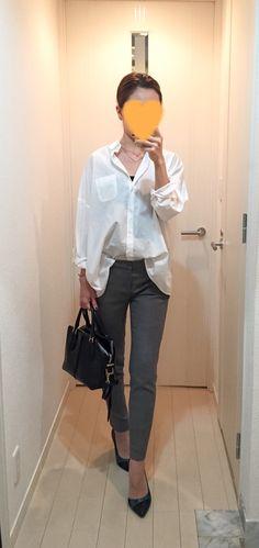 White shirt: Sisley, Grey pants: Des Pres, Bag: Tod's, Green pumps: COLE HAAN
