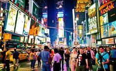 La gente se agolpa frente al #TimeSquare en la luminosa ciudad de #NuevaYork.